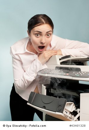 Frau am Faxgerät
