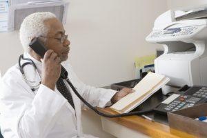 Arzt hält ein Fax in der Hand